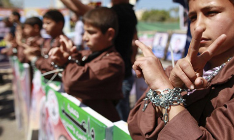 Palestinian children take part in a rally in front of the Red Cross headquarters in Gaza City marking Palestinian Prisoners Day, 17 Apr 2012 (Photo: Reuters)